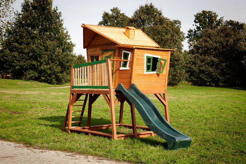 kinder holz spielhaus axi max comic kinderspielhaus auf stelzen rutsche kaufen im holz haus. Black Bedroom Furniture Sets. Home Design Ideas